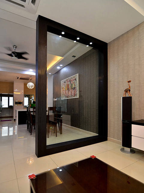 Mẫu vách ngăn phòng khách và bếp bằng kính trong suốt với khung bằng gỗ màu đen cực kì lạ mắt