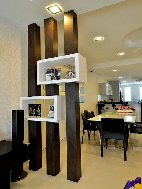 Mẫu vách ngăn phòng khách và bếp được thiết kế đơn giản với những thanh gỗ và ô trang trí cực kì tiết kiệm không gian