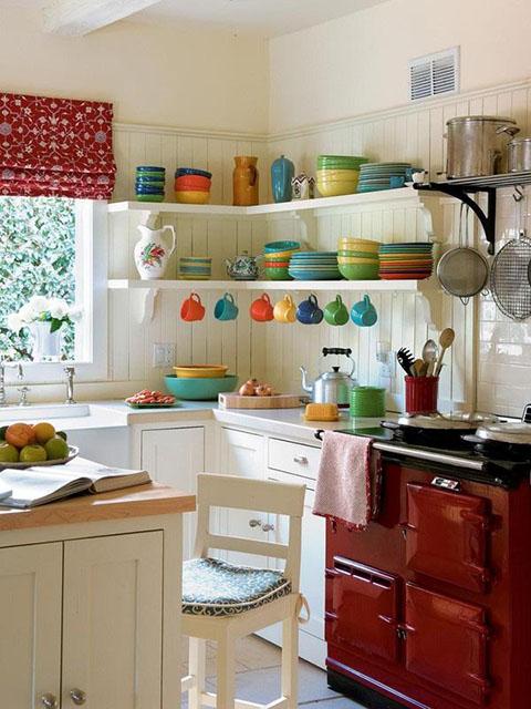 Trang trí phòng bếp nhỏ với hệ thống kệ mở để trưng bày những đồ dùng yêu thích của gia đình một cách ấn tượng nhất