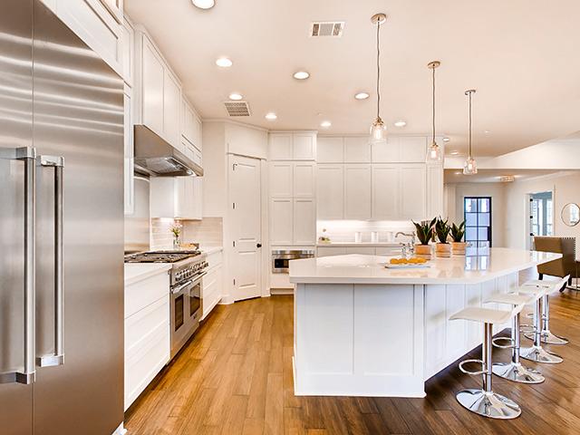 Phòng bếp đẹp theo lối kiến trúc tân cổ điển Châu Âu với màu trắng chủ đạo cực kì tinh tế và nhẹ nhàng
