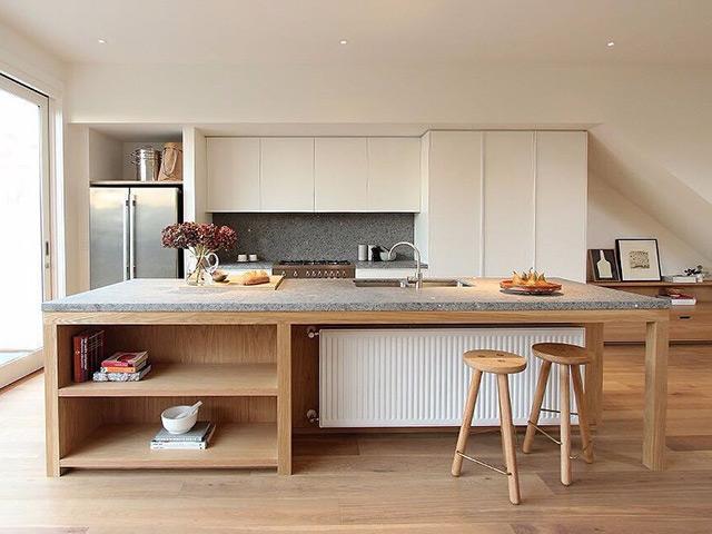 Hình ảnh phòng bếp đẹp bằng chất liệu gỗ công nghiệp với màu trắng và màu gỗ chủ đạo mang đến cảm giác nhẹ nhàng, bình dị cho không gian bếp của gia đình
