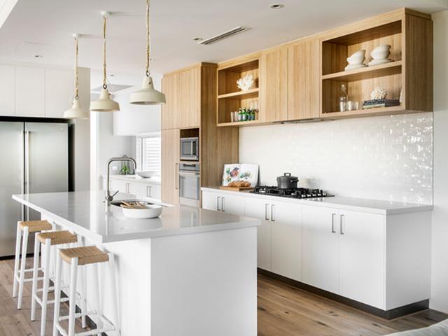 Hình ảnh phòng bếp đẹp với màu trắng chủ đạo, pha thêm màu vân gỗ sang trọng