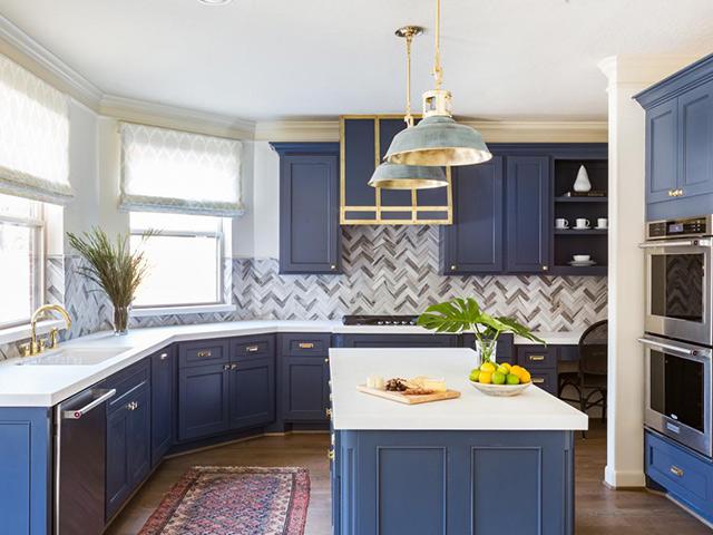 Màu xanh coban lạ mắt từ bộ tủ bếp tạo nên nét đẹp độc đáo