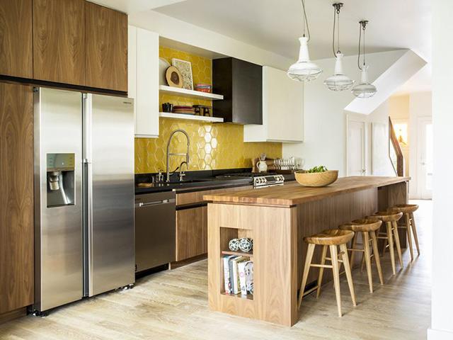 Hình ảnh phòng bếp đẹp được thiết kế với tủ bếp có bàn đảo sang trọng với tone màu vân gỗ. Thiết kế rộng rãi dành cho nhà biệt thự sang trọng