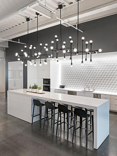 Hình ảnh phòng bếp đẹp thiết kế cho nhà biệt thự cao cấp theo lối kiến trúc hiện đại. Bộ tủ bếp được làm từ chất liệu gỗ công nghiệp với màu trắng kết hợp ghi cực kì lịch lãm và sang trọng.