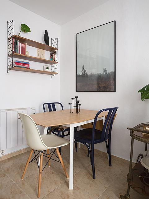 Mẫu bàn ăn cho phòng bếp nhỏ được thiết kế dạng vuông với các cạnh được vát tránh nguy hiểm cho trẻ nhỏ khi va phải