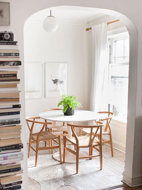 Mẫu bàn ăn cho phòng bếp nhỏ được thiết kế dạng tròn kết hợp mẫu ghế ăn mảnh theo phong cách Scandinavian ấn tượng