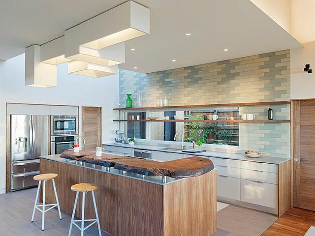 Gạch men ốp tường bếp với họa tiết vui nhộn chính là điểm nhấn hoàn hảo cho mẫu phòng bếp đẹp hiện đại này. Mặc dù chất liệu gạch men mang nhiều nhược điểm nhưng trong năm 2018 thì nó lại là xu hướng được rất nhiều gia chủ lựa chọn