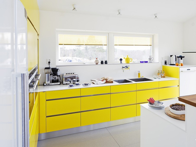 Phòng bếp đẹp hiện đại với tone màu vàng chủ đạo trẻ trung, năng động. Chắc hẳn ngay khi vừa bước chân vào gian bếp ai ai cũng phải trầm trồ bởi vẻ đẹp cuốn hút của không gian bếp này