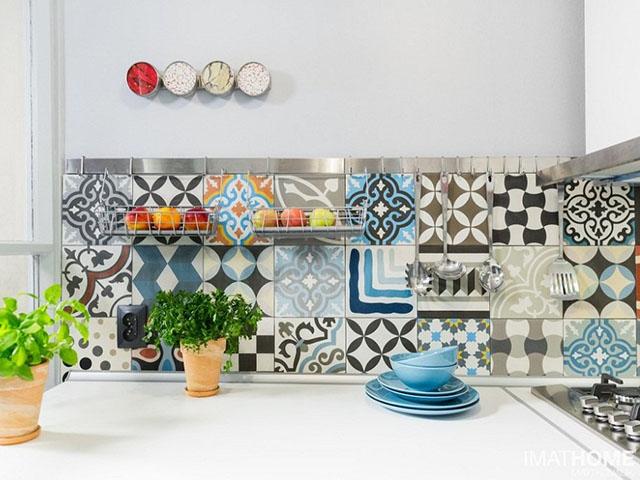 Mặc dù có những họa văn, họa tiết cổ điển nhưng với cách kết hợp màu sắc từ chủ nhà có guu thẩm mỹ, không gian phòng bếp vân thể hiện được nét đẹp hiện đại, ấn tượng