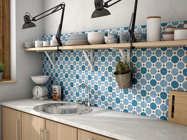Mẫu phòng bếp đẹp hiện đại với chất liệu gạch men họa tiết xanh dương làm điểm nhấn giúp không gian trở nên tươi mới và mát mẻ, xua đi cái nóng bức trong nhà bếp