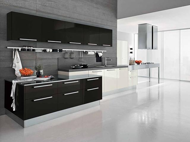 Không giống như mẫu phòng bếp trên, sự kết hợp màu sắc đen - trắng trong mẫu thiết kế này thể hiện được nét cá tính trong guu thẩm mỹ của chủ nhà