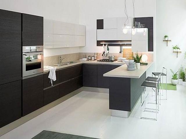 Mẫu phòng bếp đẹp hiện đại với gam màu đen- trắng chủ đạo. Màu trắng được sử dụng cho tủ bếp trên tạo cảm giác không gian thoáng hơn. Màu đen được sử dụng cho tủ bếp dưới giúp gia đình có thể hoạt động nấu nướng mà không lo vết bẩn