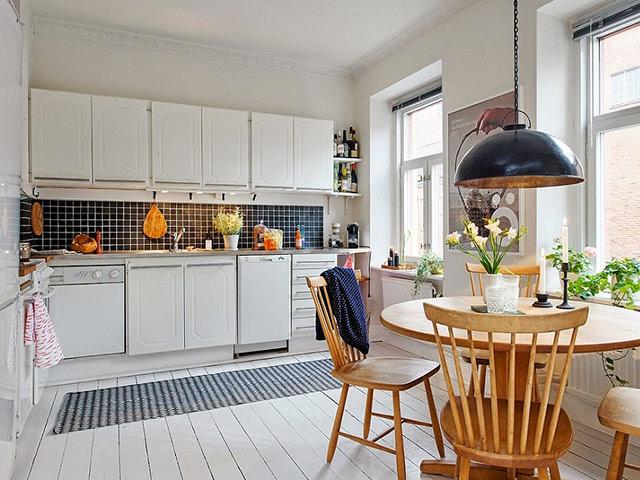 Phòng bếp đẹp hiện đại có diện tích nhỏ hẹp được bố trí một cách khoa học, đảm bảo tính thẩm mỹ và sự tiện nghi cho gia đình