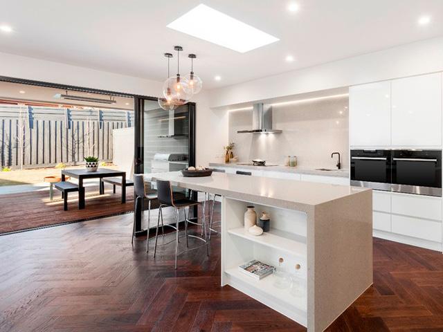 Phòng bếp đẹp hiện đại dành cho không gian rộng rãi với thiết kế mở cực thoáng đãng giúp không khí trong bếp luôn trong lành