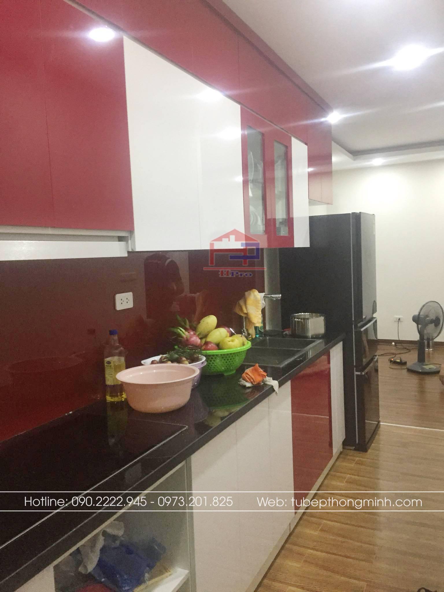 Ảnh thực tế tủ bếp acrylic màu đỏ - trắng nhà anh Vinh do Hpro thiết kế và thi công lắp đặt