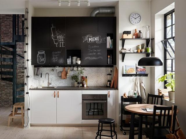 Bếp chữ I luôn là lựa chọn hoàn hảo dành cho nhà bếp nhỏ hẹp. Với sự kết hợp màu sắc đen - trắng lạ mắt mang đến cho gia đình một không gian ấn tượng và tiện nghi