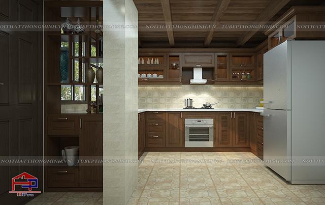 Chất liệu gỗ sồi mỹ tự nhiên gam màu nâu vàng sậm sang trọng được sử dụng làm vật liệu chủ đạo trong không gian nhà bếp ở nông thôn này. Với chiếc cột ở giữa nhà chiếm quá nhiều diện tích và sẽ gây nên sự bất tiện nhưng với cách sắp xếp khoa học của KTS, gian bếp vẫn đảm bảo diện tích sử dụng