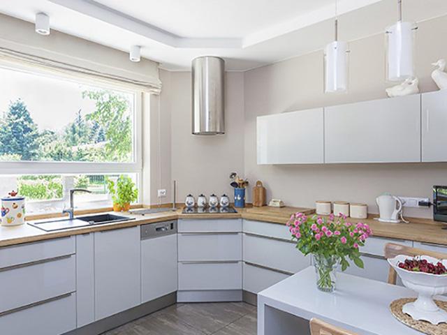 Mẫu nhà bếp ở nông thôn được thiết kế dành cho không gian đưiọc bao xung quanh bởi vườn cây xanh và không khí trong lành , giúp gia đình có thể tận hưởng một cuộc sống vừa hiện đại vừa bình dị