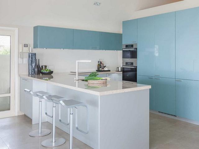 Mẫu nhà bếp ở nông thôn được thiết kế với tone màu pastel nhẹ nhàng, tinh tế tạo nên một không gian nhà bếp mát mẻ, thoáng đãng và trong lành