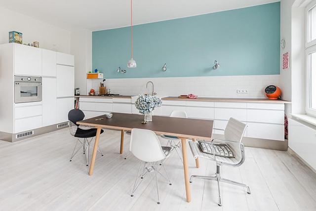 Nhà bếp ở nông thôn được làm từ chất liệu gỗ công nghiệp acryic bóng gương màu sắc nhẹ nhàng, tinh tế mang đến một không gian yên bình. Bộ bàn ăn được thiết kế theo phong cách Bắc Âu vừa đẹp vừa tiện nghi phù hợp với số lượng thành viên trong gia đình