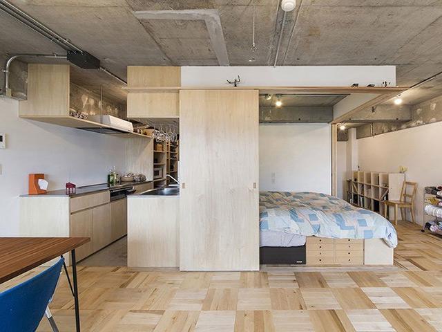 Mẫu nhà bếp ở nông thôn được thiết kế bằng chất liệu gỗ công nghiệp màu vân gỗ sang trọng tạo nên một nhà bếp mộc mạc, bình yên