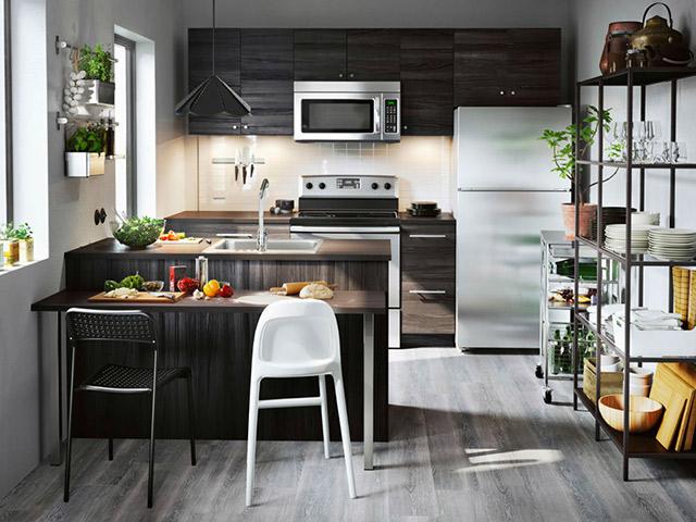 Màu sắc đen huyền bí được sử dụng làm gam màu chủ đạo trong thiết kế nhà bếp ở nông thôn. Không gian tươi mát bên ngoài vừa đảm bảo nguồn không khí trong lành vừa tạo cảm giác thư giãn nhất cho người nội trợ trong quá trình nấu nướng