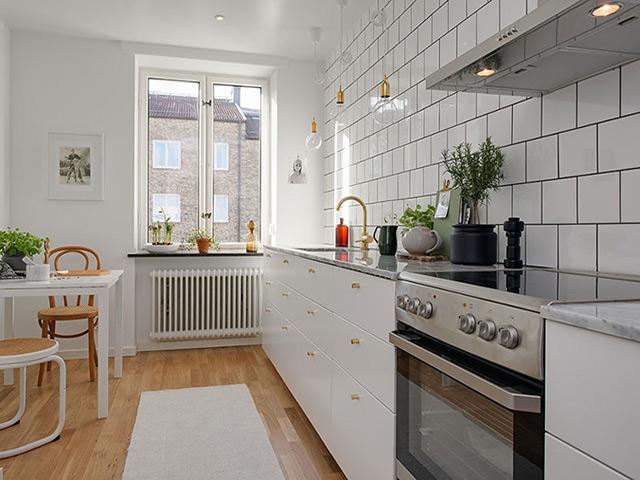 Mẫu nhà bếp ở nông thôn được thiết kế dành cho không gian không mấy rộng rãi. Màu trắng được sử dụng làm màu sắc chủ đạo nhằm giúp không gian bếp trở nên thoáng đãng và rộng rãi hơn rất nhiều