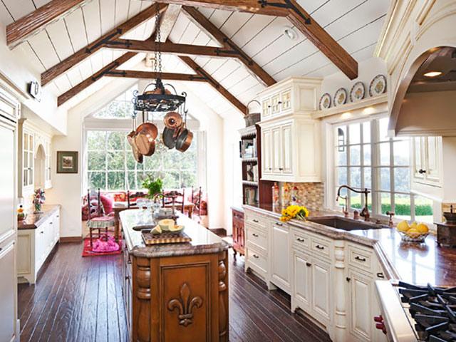 Nhà bếp phong cách đồng quê Anh với chi tiết gỗ tự nhiên màu vân gỗ sang trọng kết hợp gam màu trắng cùng sự cổ kính từ những chi tiết, hoa văn mang đến nét đẹp quý phái sang trọng cho gia đình