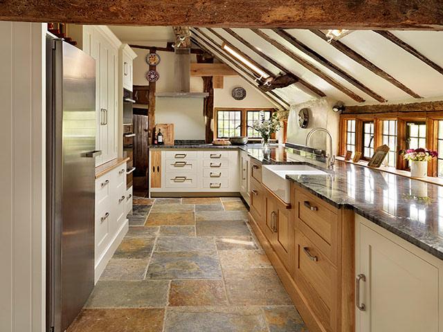 Mẫu nhà bếp phong cách đồng quê được thiết kế theo lối cổ điển kết hợp giữa màu sắc vân gỗ và màu trắng tinh tế tạo nên một không gian cực kì ấm cúng