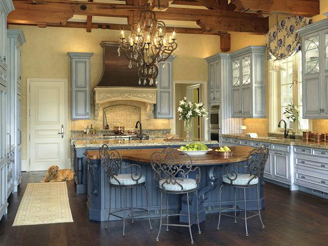 Nhà bếp phong cách đồng quê Pháp mang nét đẹp mộc mạc, cổ điển mà sang trọng. Sử dụng chất liệu gỗ tự nhiên với tone màu xanh pastel kết hợp xanh dương sẫm ấn tượng