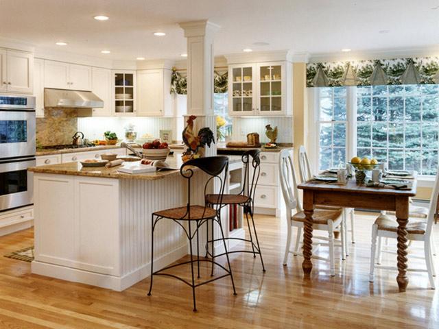 Nhà bếp phong cách đồng quê được thiết kế kết hợp quầy bar. Sàn nhà màu gỗ tối giúp tạo nên điểm nhấn cho không gian