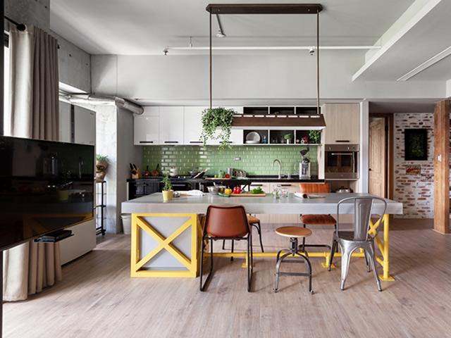 Mẫu nhà bếp đẹp theo phong cách đồng quê được thiết kế với điểm nhấn là màu vàng từ bàn đảo bếp