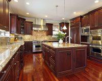Nhà bếp gỗ xoan đào có những ưu điểm gì khiến người dùng mê mẩn