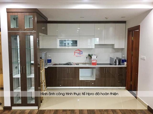 Hình ảnh thực tế tủ bếp acrylic trắng kết hợp vân gỗ sang trọng nhà chị Thắng