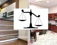 Đặt lên bàn cân so sánh tủ bếp nhựa laminate và tủ gỗ tự nhiên