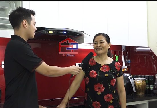 cong-trinh-tu-bep-acrylic-bong-guong-nha-co-chu-hien-thai-ha-2