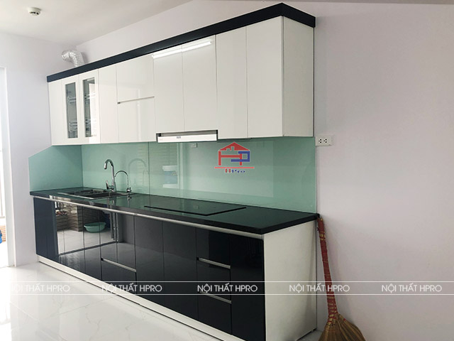 Mẫu tủ bếp acrylic chữ I màu đen - trắng tôn lên nét đẹp giản dị, hiện đại của không gian bếp nhà anh Long - Xuân La